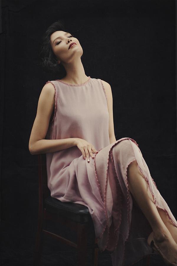 Đàm suông dáng dài phù hợp với nhiều không gian và dễ dàng mix-match trang phục được nữ thiết kế khá ưu ái.