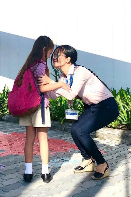 Hồng Nhung căn dặn con gái trước khi vào lớp.