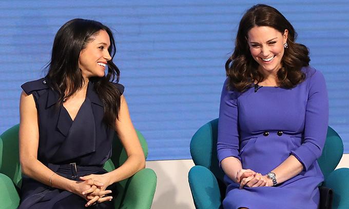 Kate và Meghan vui vẻ trò chuyện trong sự kiện chung đầu tiên của họ hồi tháng 2. Ảnh: Hello Magazine.