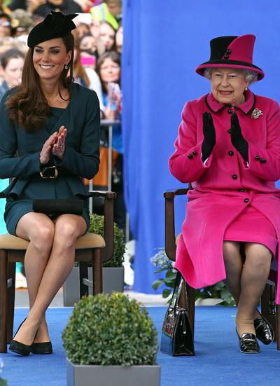 Kate và Nữ hoàng trong chuyến du ngoạn Diamond Jubilee vòng quanh nước Anh của Nữ hoàng (kỷ niệm 60 năm trị vì) hồi năm 2012. Ảnh: hawtcelebs.