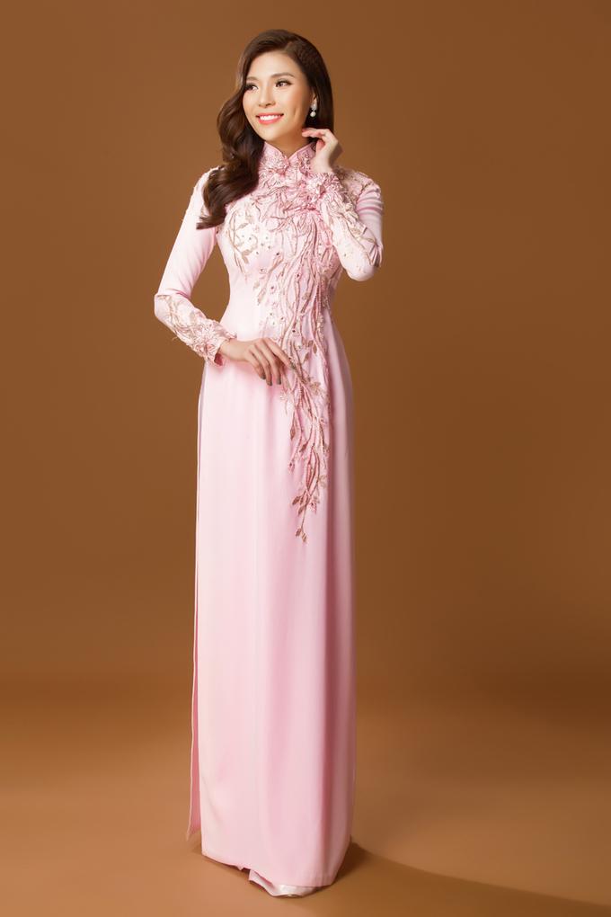 Thúy Diễm làm điệu với áo dài cưới đính ren