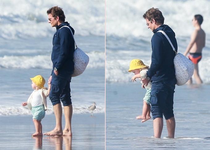 Anh không ngại xắn quần lội nước, giỡn sóng biển cùng thiên thần nhỏ.