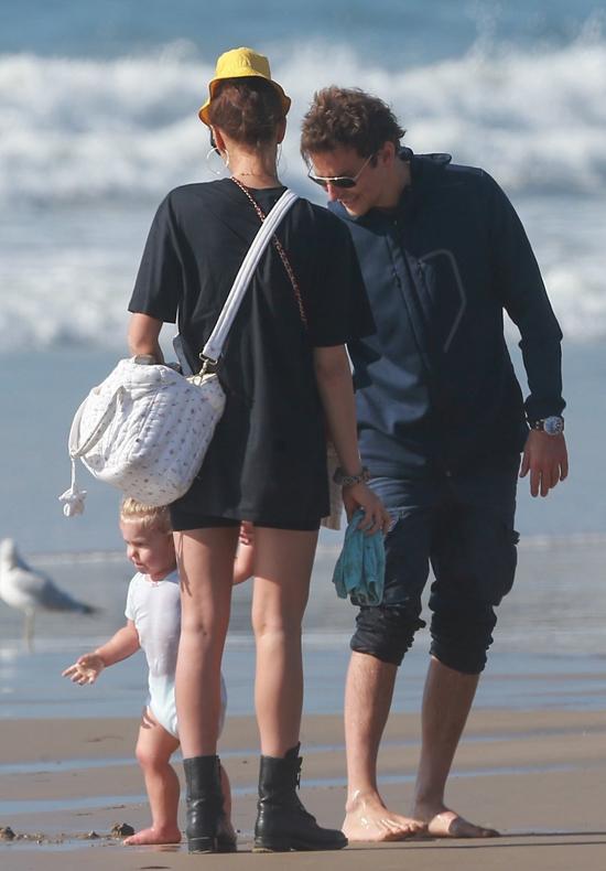 Bradley Cooper cùng siêu mẫu Irina Shayk đưa con gái ra biển Santa Monica (California) chơi đùa.