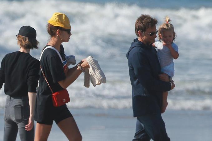 Bradley Cooper tranh thủ ở bên con gái trước khi bắt đầu đi quảng bá phim The Mule với Clint Eastwood. Trước đó, anh đã trải qua vài tháng bận rộn giới thiệu bộ phim A Star is Born tại các liên hoan phim và tham dự những buổi phỏng vấn, họp báo ra mắt phim. A Star is Born là bộ phim đầu tay Bradley làm đạo diễn đồng thời đóng chính nhưng đã nhận được cơn mưa lời khen của các nhà phê bình điện ảnh.