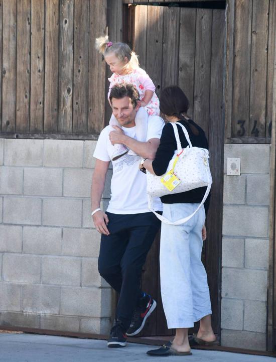 Buổi chiều cùng ngày, gia đình Bradley đến nhà bạn chơi ở Los Angeles. Nam diễn viên tiếp tục đảm nhận việc trông con và kiệu bé ra xe.