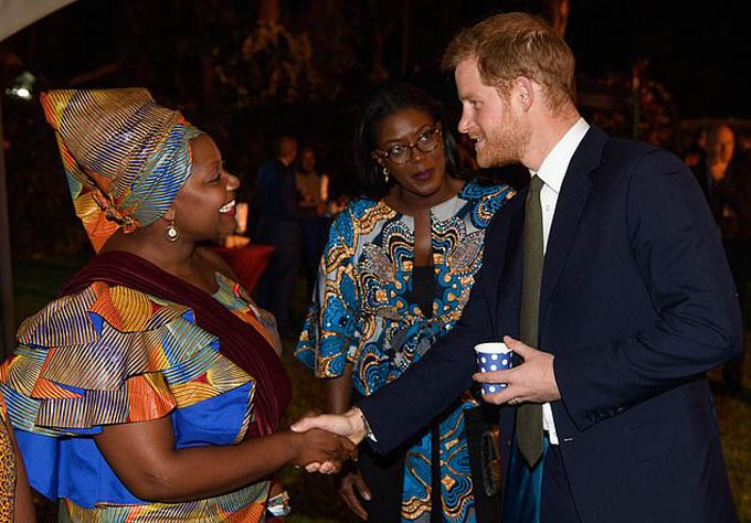 Công tước xứ Sussex vui vẻ trò chuyện với các vị khách trong lễ tiếp đón của cơ quan đại diện ngoại giao của Zambia, tối 26/11. Ảnh: Tim Rooke.