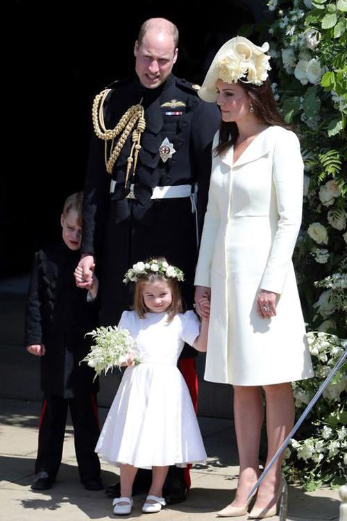Vợ chồng Kate - William và hai con, Hoàng tử George, Công chúa Charlotte, ở đám cưới Harry - Meghan tại lâu đài Windsor hôm 19/5. Ảnh: AP.