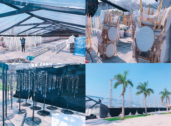 Hội trường tiệc được che phủ bằng mái nhựa trong giúp ánh sáng sân khấu hướng lên bầu trời.