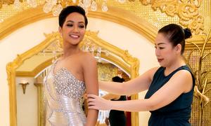 NTK Linh San giúp H'Hen Niê chuẩn bị trang phục thi Miss Universe