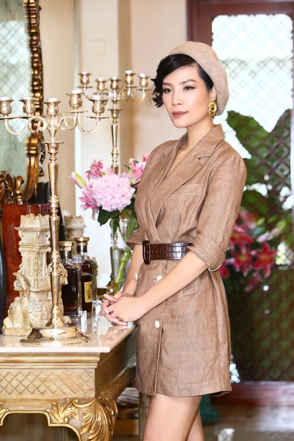 Trong bộ hình thời trang mới, Vũ Cẩm Nhung khoe vóc dáng thon gọn tuổi 42 khi diện những set đồ thu đông đa dạng phong cách.