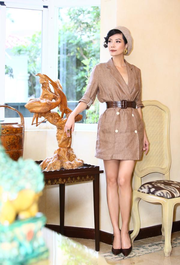 Cựu người mẫu áp dụng xu hướng váy vest kết hợp thắt lưng bản lớn, khắc họa hình ảnh thanh lịch, hiện đại. Sự đồng điệu giữa màu sắc trang phục và phụ kiện tạo nên tổng thể hài hòa.