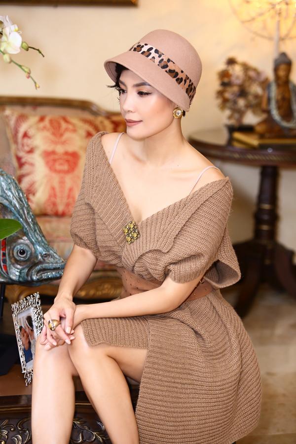 Màu camel - gam màu luôn lên ngôi mỗi mùa thu đông - tiếp tục được Vũ Cẩm Nhung lựa chọn. Chị kéo trễ chiếc áo choàng len chừng mực để khoe nét đẹp mong manh.