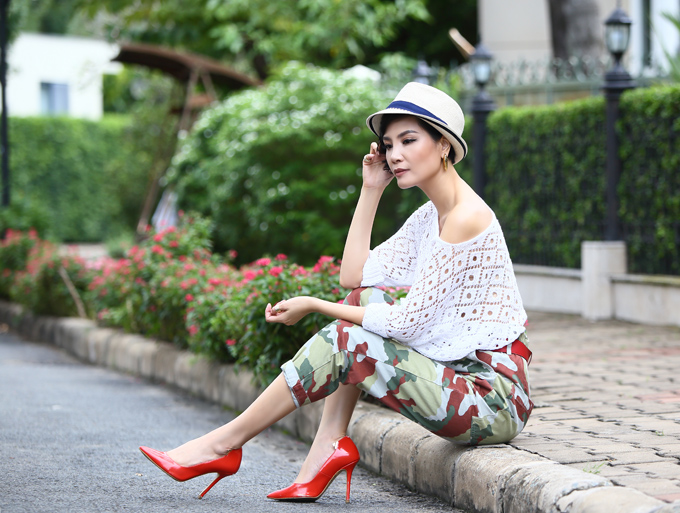 Hơn 10 năm nay, cựu người mẫu Vũ Cẩm Nhung rút lui khỏi làng giải trí để chuyển hướng sang kinh doanh về lĩnh vực dược phẩm. Ở tuổi 42, chị hiện là một nữ doanh nhân thành đạt, có cuộc sống hạnh phúc, viên mãn bên chồng con.