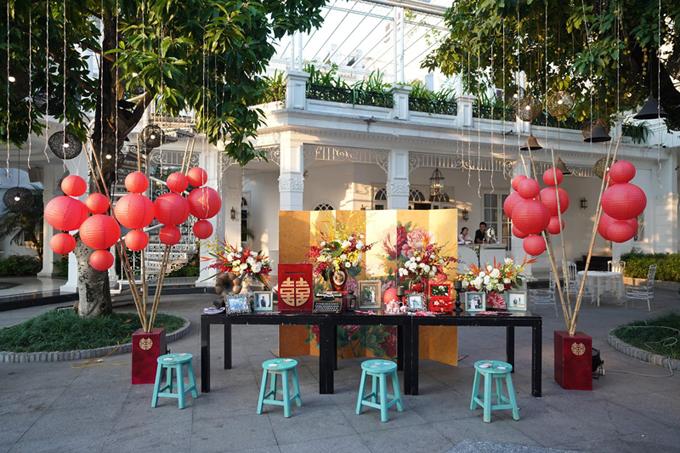 Bên cạnh bàn memory làtấm bình phong có hình ảnh hoa mẫu đơn, đèn lồng đỏ gợi nhắc không gian Thượng Hải.