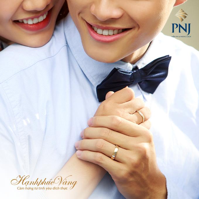 Đôi nhẫn cưới là biểu tượng của sự thủy chung, bền vững không thể tách rời trong cuộc hôn nhân của hai người. Đeo nhẫn trên tay để nhắc nhớ chính mình luôn sống trách nhiệm, chia ngọt sẻ bùi, yêu thương, trân trọng người bạn đời.
