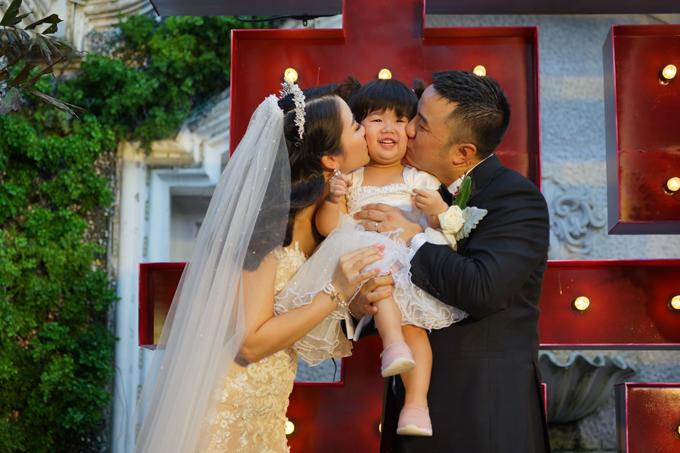 Đặc biệt, hôn lễ của uyên ương còn có sự góp mặt của bé Khloe đã được 22 tháng tuổi, làtrái ngọttình yêu của hai vợ chồng.