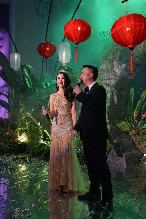Cô dâu Khánh Tâm (28 tuổi, Hà Nội) và chú rể Simeon Chi Kit Tse (41 tuổi, Trung Quốc) chọn cử hành hôn lễ theo phong cách Trung Quốc.