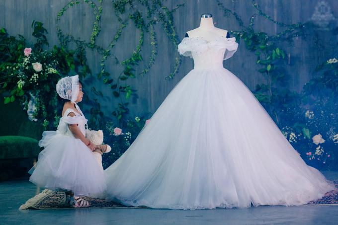 Bộ đầm cướicó đuôi dài tới 4m và được Á hậu diện cùng voan cưới dài tới 6m.