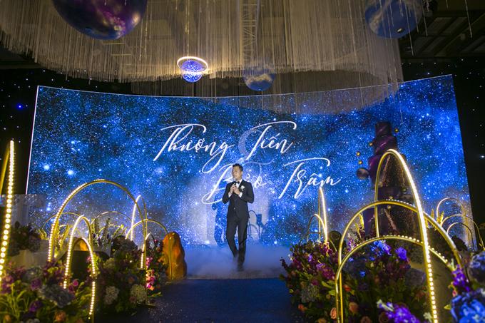 Uyên ương TP HCM tái hiện vũ trụ bao la trong tiệc cưới