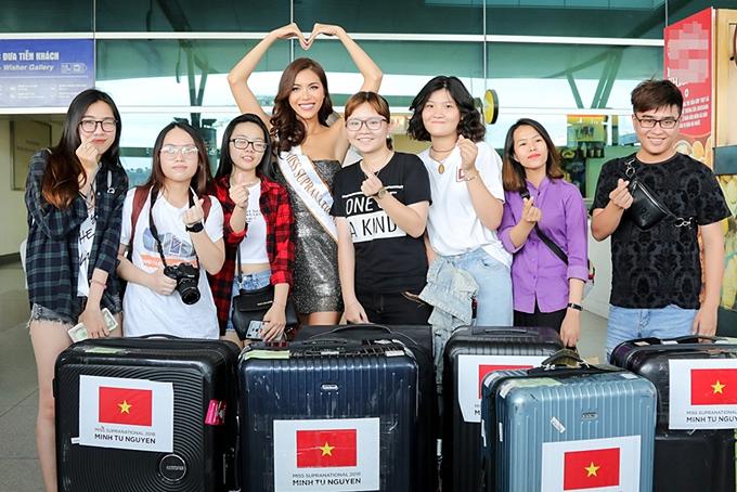 Siêu mẫu Nguyễn Minh Tú là đại diện Việt Nam tham dự Hoa hậu Siêu quốc gia 2018 tại Ba Lan. Cô lên đường vào chiều 18/11 sau thời gian tập trung rèn luyện, chuẩn bị cho cuộc thi. Có mặt ở sân bay, người đẹp lộ rõthân hìnhgầy gò hơn so với trước đây vì sút 4 kg.