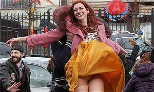 Anne Hathaway bị gió thổi tốc váy trên trường quay