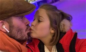 Becks bị 'ném đá' vì khoe ảnh hôn môi Harper
