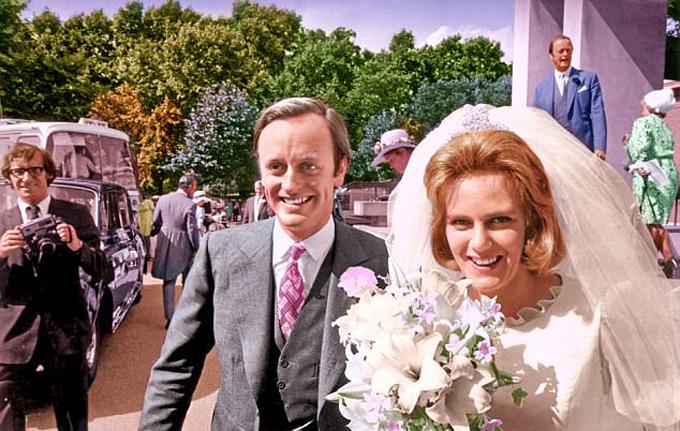 Camilla làm đám cưới với Andrew Parker Bowles năm 1974. Ảnh: UK Press.
