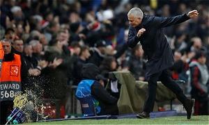 HLV Mourinho phấn khích đập phá sau bàn thắng