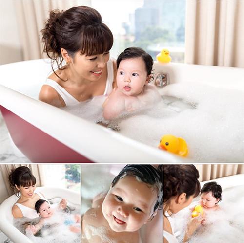 Những khoảnh khắc đáng yêu của bé Myla khi được mẹ tắm.