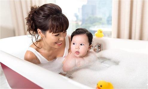 Hà Anh luyện cho con gái tập bơi mỗi ngày