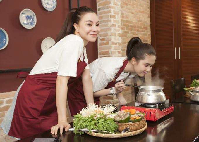 Ngọc Trinh hít hà mùi nước dùng thơm lừng sau khi đun sôi trên bếp.