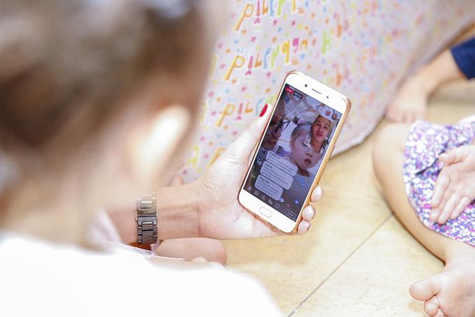 Vì bận công việc nên ông xã Louis của cựu người mẫu không thể về nước để mừng con gái bước sang tuổi mới. Trang Trần đã gọi điện thoại để hai bố con được nói chuyện với nhau.