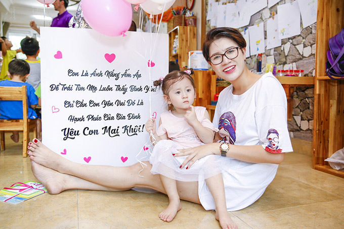 Từ khi có bé Kiến Lửa, cuộc sống của diễn viên Hương Ga thay đổi rất nhiều. Thay vì nghĩ cho bản thân, cô chăm chỉ làm việc, kinh doanh để con gái lớn lên trong điều kiện đầy đủ vật chất.