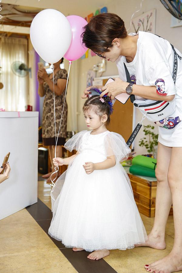 Trong ngày bé Kiến Lửa (tên thật: Mai Khôi) tròn 3 tuổi, Trang Trần đã đến lớp mầm non của con gái để tổ chức bữa tiệc sinh nhật ấm cúng. Cô cho con gái mặc bộ váy trắng bồng bềnh như nàng công chúa.