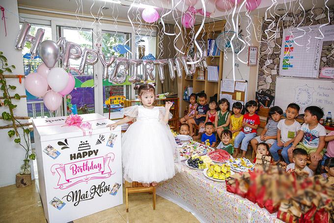 Không gian phòng học được trang trí tràn ngập bóng bay theo tone hồng - trắng. Trang Trần còn chuẩn bị bàn tiệc vớibánh kẹo, hoa quả và đồ ăn nhẹ cho các bạn của bé Kiến Lửa.