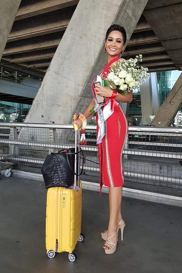 HHen Niê diện đầm ôm khoe dáng tại sân bay Bangkok