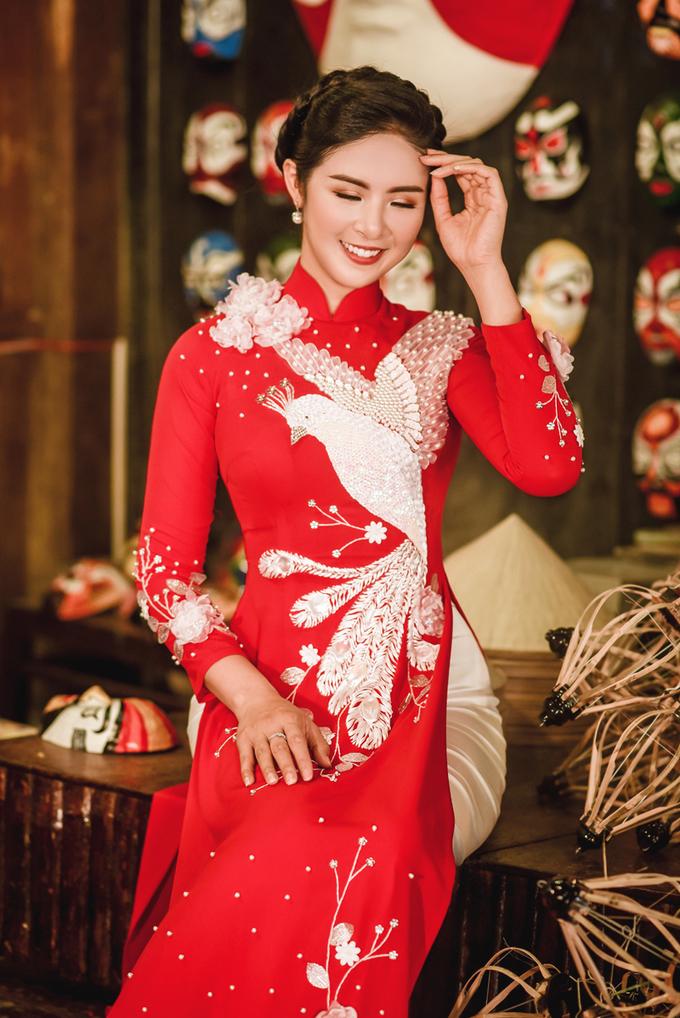 Áo dài cưới thêu hoa, chim hạc do Hoa hậu Ngọc Hân thiết kế
