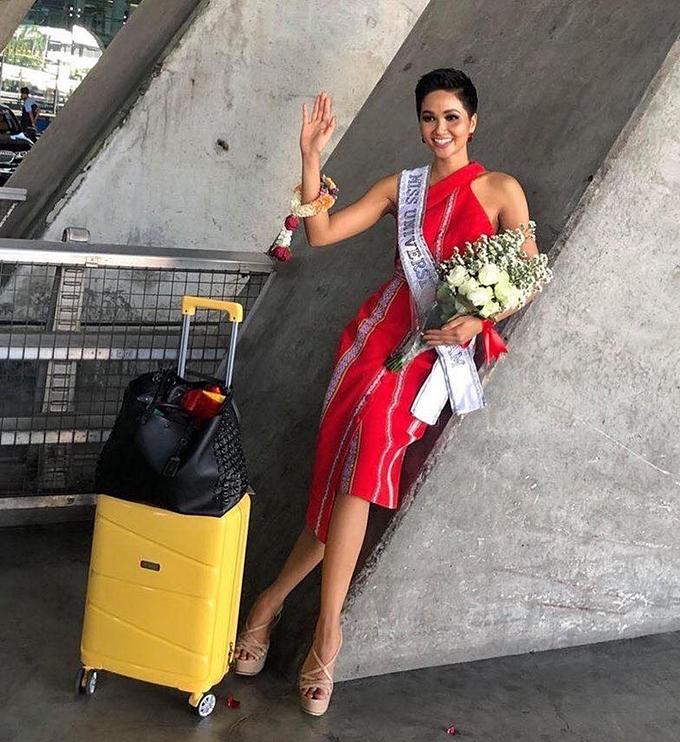 HHen Niê diện đầm ôm khoe dáng tại sân bay Bangkok - 1