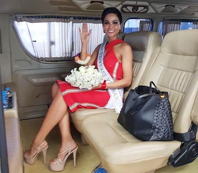 HHen Niê diện đầm ôm khoe dáng tại sân bay Bangkok - 2