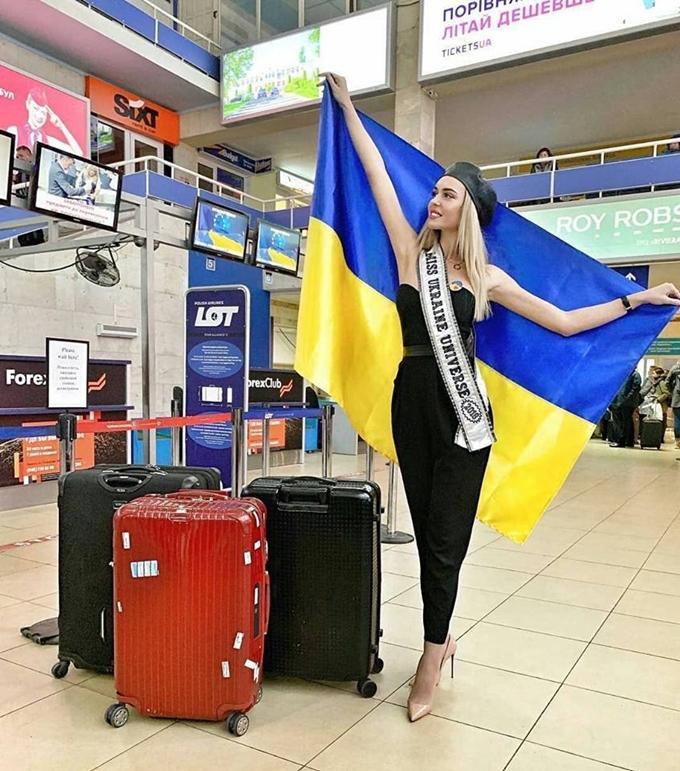 HHen Niê diện đầm ôm khoe dáng tại sân bay Bangkok - 7