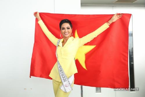 HHen Niê đã lên đường sang Bangkok vào sáng nay.