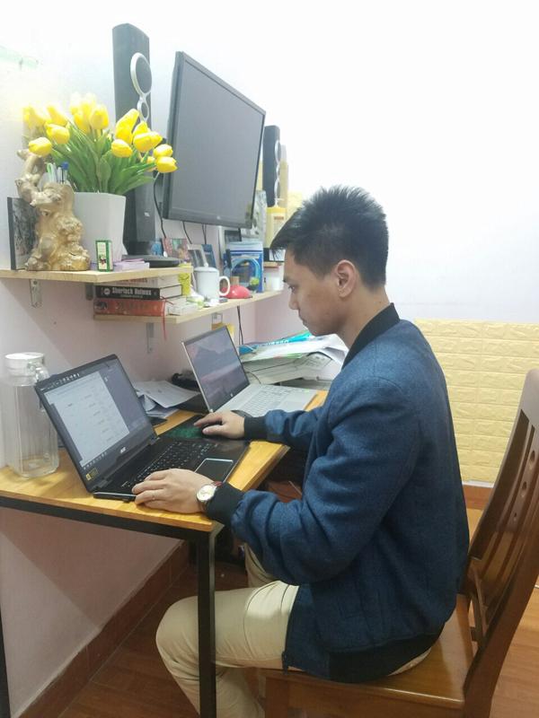 Với một chiếc máy tính kết nối mạng, chị Hương và các thành viên có thể quản lý gian hàng online trên Shopee một cách dễ dàng.