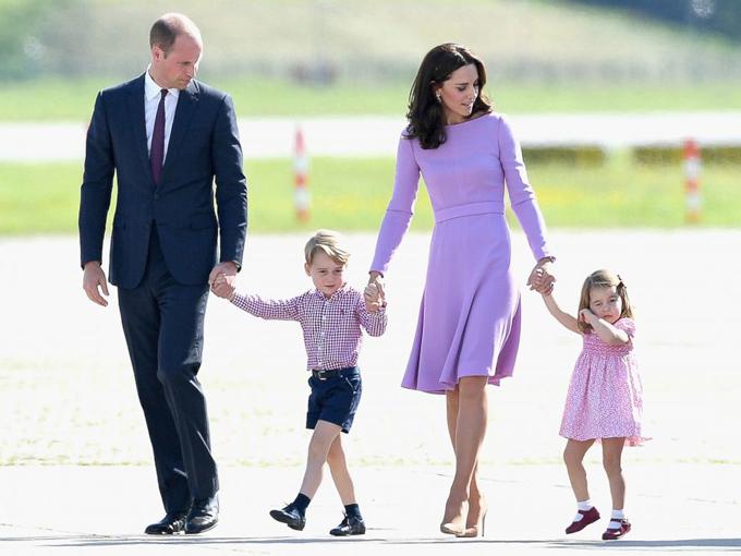 Hoàng tử George thường xuyên được mẹ Kate cho mặc quần short trong các sự kiện chính thức. Trong ảnh gia đình William - Kate công du Đức hồi tháng 7/2017. Ảnh: Samir Hussein.