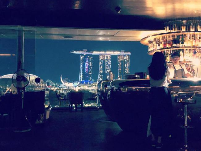 Bức ảnh chụp Kim Tae Hee tại một bar ở Singapore. Bộ đồ cô mặc trùng khớp với bộ đồ khi rời Việt Nam.