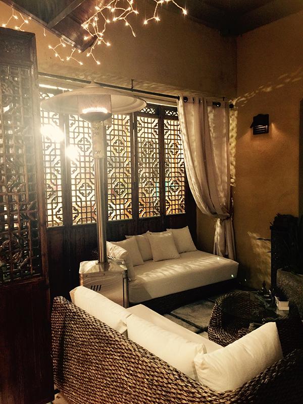 Hồng Nhung thiết kế những chiếc cửa gỗ với nhiều ô trống để mỗi góc trong căn nhà lúc nào cũng tràn ngập ánh sáng tự nhiên.