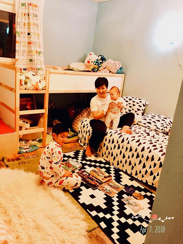 Phòng ngủ dành cho hai con lại nhiều màu sắc với họa tiết thảm và ga, gối rực rỡ. Hồng Nhung còn làm giường tầng để đáp ứng sở thích của con trai đầu lòng.
