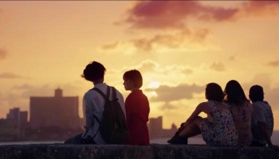 Jin Hyuk và Soo Hyun ngồi bên nhau ngắm hoàng hôn.