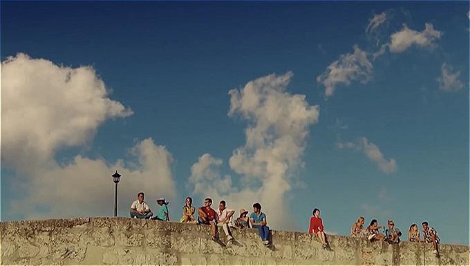 Một khung hình mãn nhãn của tập 1 cho thấy nữ chính Soo Hyun cô đơn một mình giữa không gian rộng lớn.