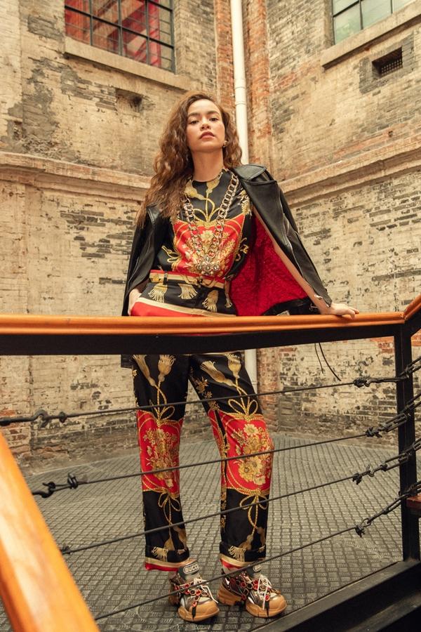 Sáng 29/11, Hồ Ngọc Hà là đại diện duy nhất từ Việt Namsang Thượng Hải, Trung Quốc đểtham dự sự kiện của thương hiệu thời trang Gucci. Xuất hiện tại sự kiện, nữ ca sĩnổi bật với bộ trang phục cá tính từ bộ sưu tập xuân hè 2019 của nhà mốt Italy.
