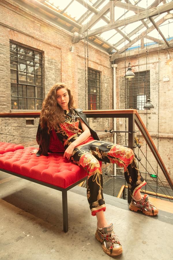 Ở buổi triển lãm, Hồ Ngọc Hàchiêm ngưỡngnhững thiết kế mới nhất, nghe giới thiệu về nguồn cảm hứng độc đáo trong từng bộ trang phục của Gucci.